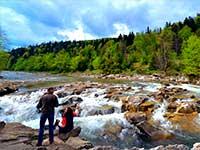 Фото у бурхливих карпатських річок, тур в Карпати