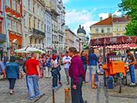 Місто на вихідні, туристи відпочивають у Львові