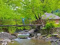 Долина річки в Лумшорах в туристічній програмі в Карпатах