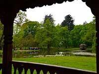 Вид на озеро з альтанки в парку замку Шенборнів - тур в Карпати