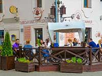 Ужгород, кафе на набережній, екскурсійна програма у відпочинку в Закарпатті.
