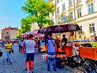 Площа Ринок Львова у вихідний день. Безліч туристів відвідують Львів.